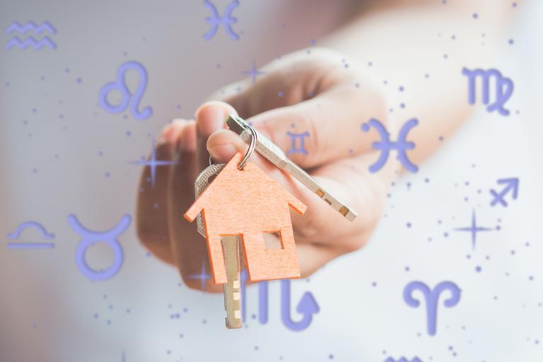 Mão segurando chaveiro com formato de casa. Símbolos do Zodíaco ao redor. casa de cada signo