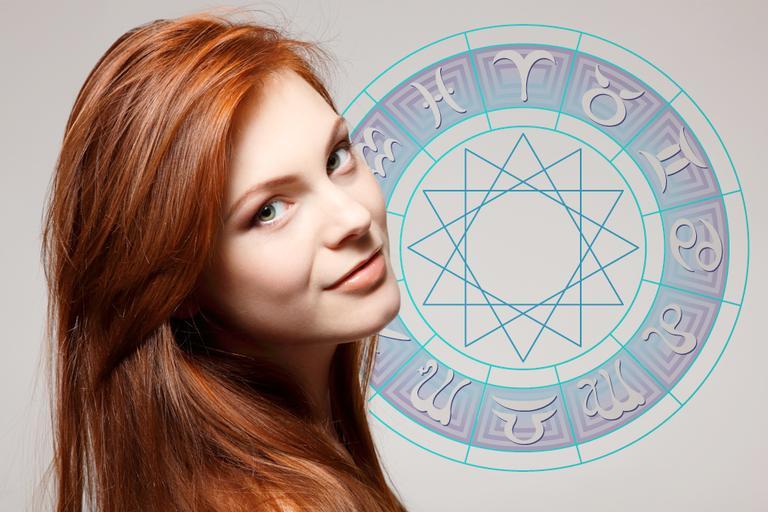 Imagem de uma mulher confiante e ao fundo a roda com os signos do Zodíaco