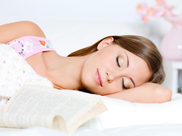 Mulher dormindo, sonhando e com aparência tranquila e feliz