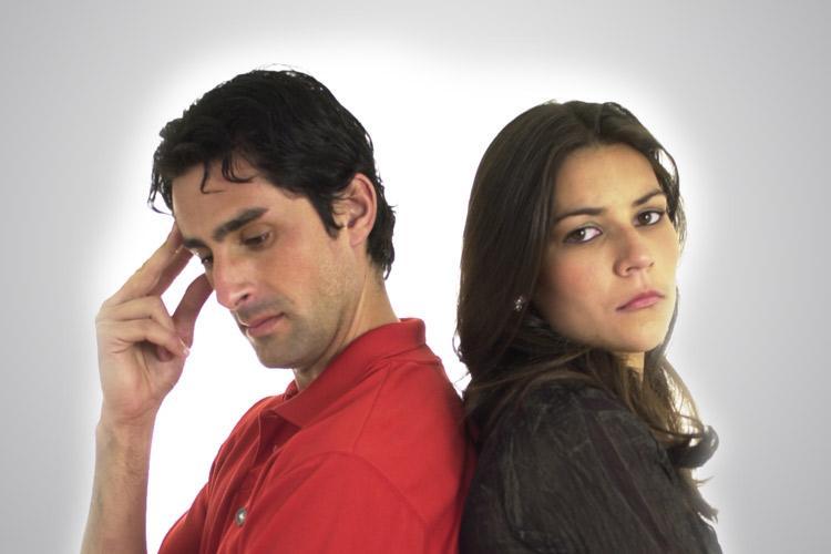 homem e mulher emburrados e de costas um para o outro