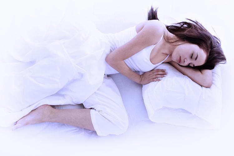 mulher, jovem, bonita, dormindo, sozinha, de lado, travesseiro, branco