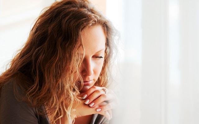 Mulher lendo salmos para revigorar a saúde