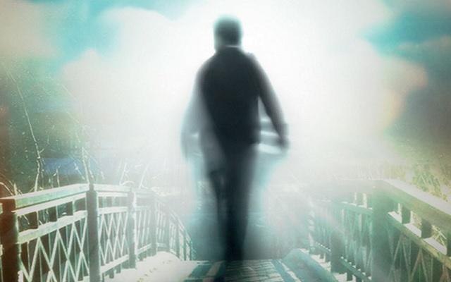 A foto mostra um espírito atravessando a ponte para o mundo espiritual. Doutrina espírita