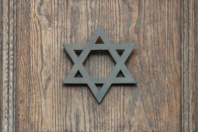 A foto mostra a Estrela de Davi, um dos símbolos judaicos