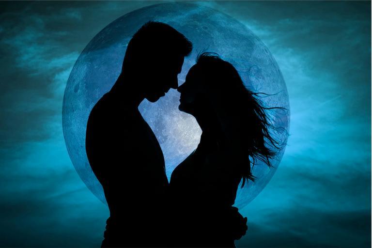 Sombra de um casal se beijando com a lua do tesão ao fundo