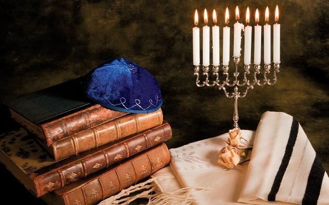 A foto mostra alguns objetos sagrados do judaísmo. Calendário judaico