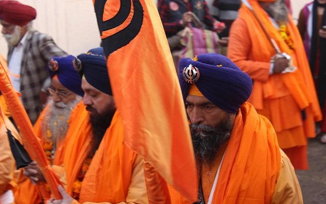 A foto mostra um guru adepto do sikhismo