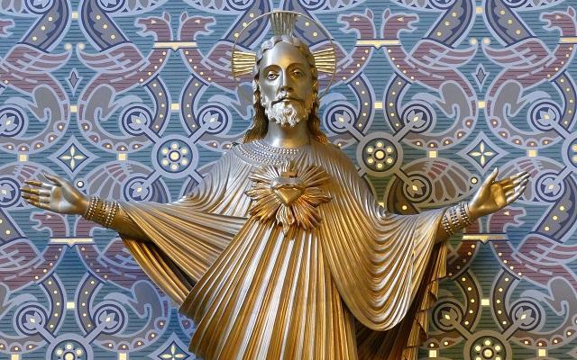 Imagem dourada de Jesus em agradecimento às graças de Deus