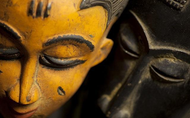 A foto mostra uma máscara que representa um orixá