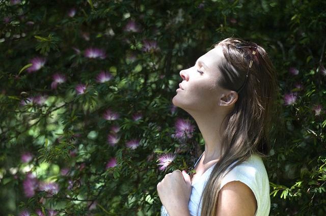 mindfulness é uma das técnicas que garantem que o sexo fique ainda melhor. Imagem de mulher respirando profundamente em referência à técnica