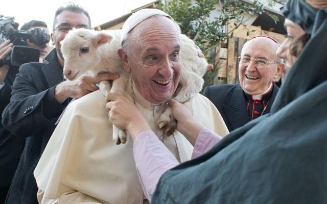 Na imagem, o papa francisco carrega um animal nas costas como são francisco de assis. História do santo.