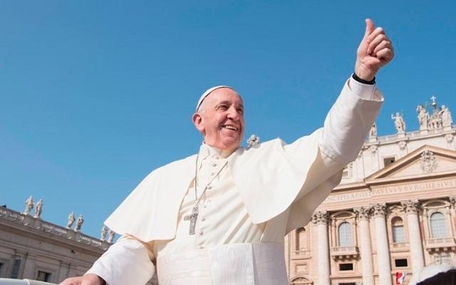 Na imagem, o papa levanta o dedão para a multidão de fiéis, sorrindo. Tweets abençoados.