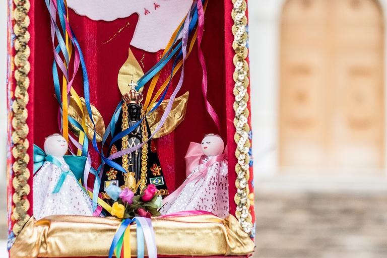 Estátua da padroeira do Brasil para relatos de quem alcançou graças por Nossa Senhora Aparecida