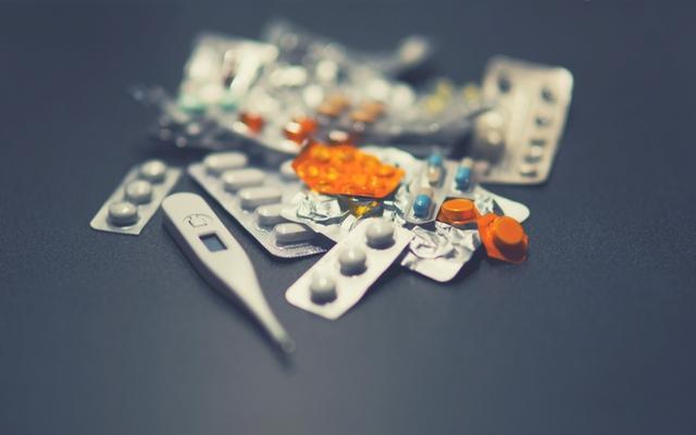 Remédios, pílulas e termômetro para ficar longe de doenças