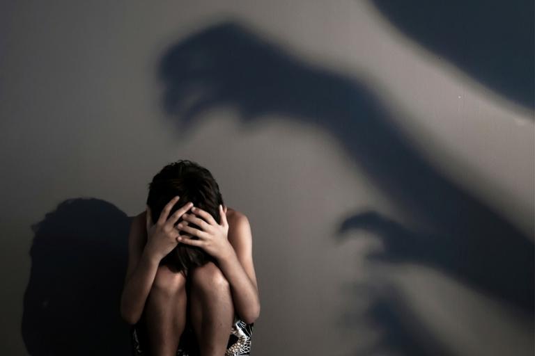 Imagem de pessoa agachada com medo de morrer