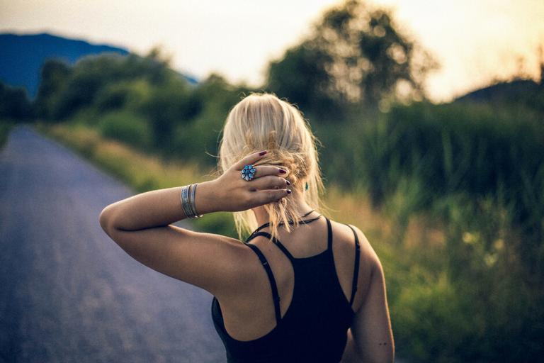 Mulher seguindo caminho enquanto com luz do sol para atrair sabedoria