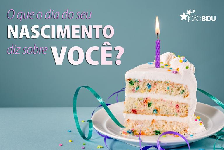 Fatia de bolo de aniversário sobre um prato com uma velinha e a frase