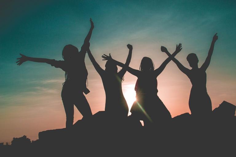Afaste amizades falsas e viva feliz como essas amigas comemorando no por do sol