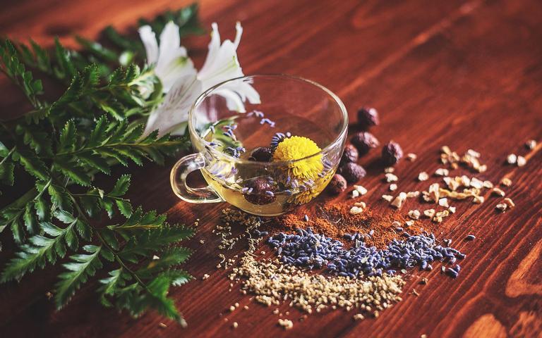 Consumir as ervas no chá é o mais ideal para absorver suas propriedades