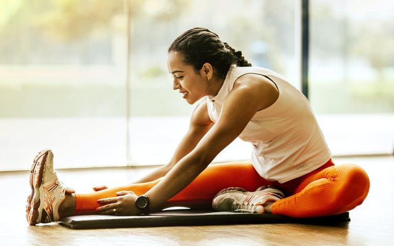 Alongamentos aliviam dores físicas e deixam o corpo com mais disposição durante o dia
