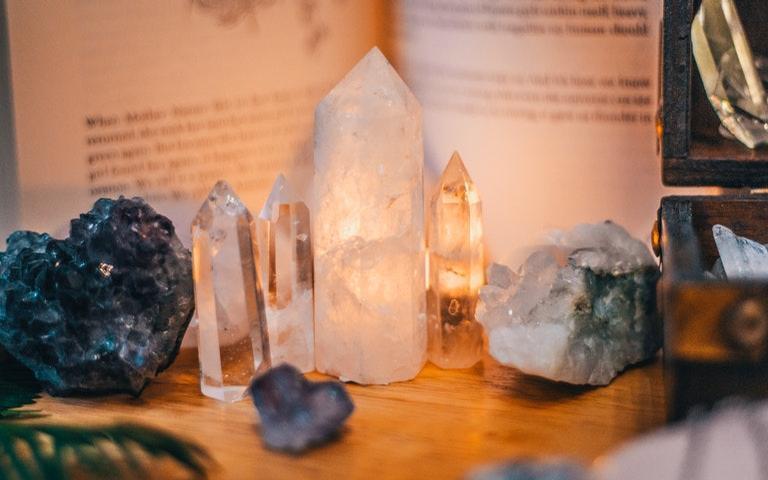 Os cristais precisam ser limpos e energizados para exercer seu poder