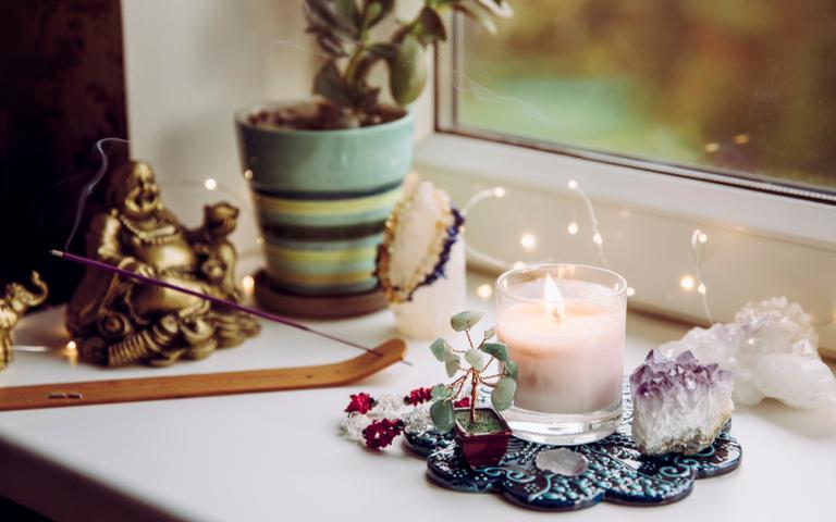O altar em casa pode te ajudar a realizar seus pedidos e espiritualizar o ambiente