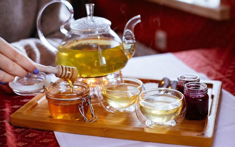 Conheça as melhores simpatias com mel para conquistar amor e prosperidade