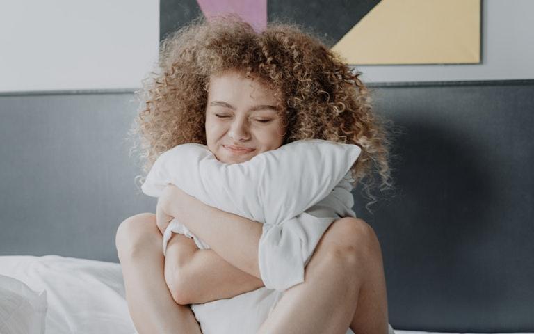 Tenha mais amor, prosperidade e riqueza utilizando o travesseiro nas simpatias