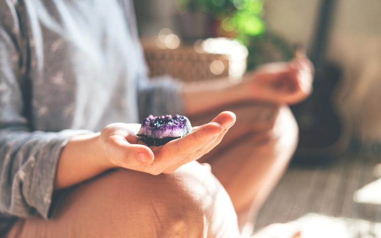 Potencialize sua meditação com a força dos cristais - Crédito: Polly Panna/Shutterstock
