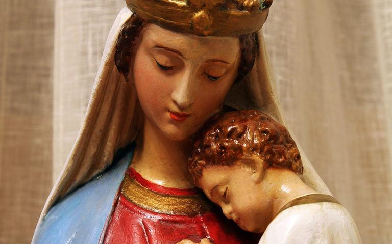 Estátua da Virgem Maria com o menino Jesus