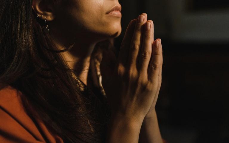 Faça a oração de gratidão a Deus diariamente