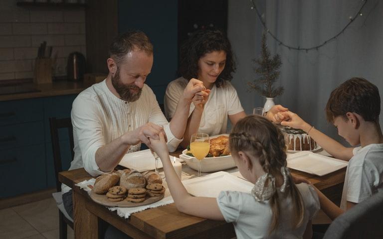 A oração em família fortalece o bom relacionamento em casa