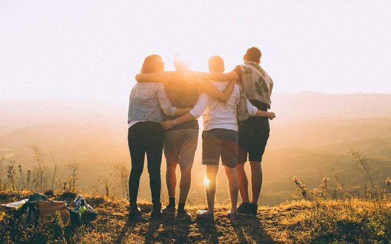 Veja como reatar uma amizade, aumentar o círculo de amigos ou fortalecer uma amizade