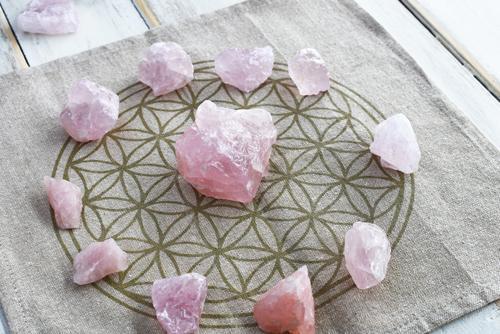 Saiba como atrair amor pra sua vida através dos cristais
