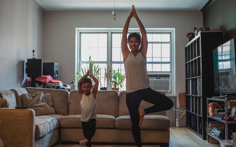 Veja como fazer posturas fáceis de Yoga