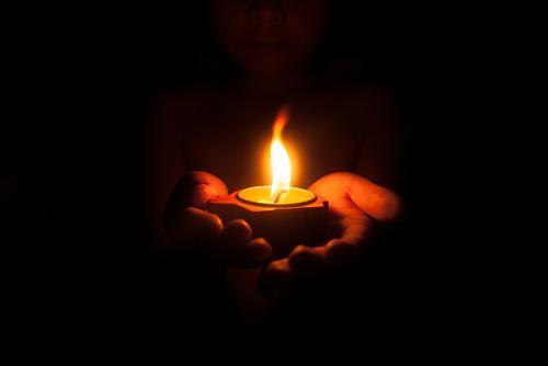Como as velas podem revelar sua magia através do fogo