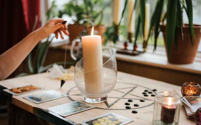 Veja como limpar energias velhas e consagrar objetos para fins mágicos