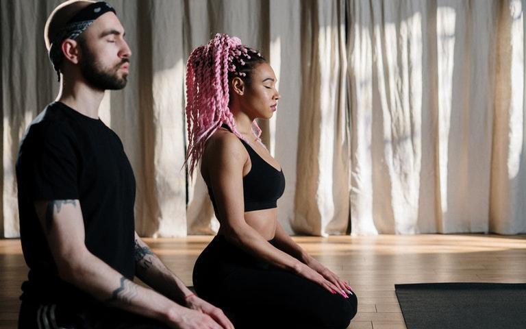 Veja como fazer exercícios de yoga em dupla