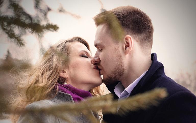 Saiba como os signos se comportam ao beijar