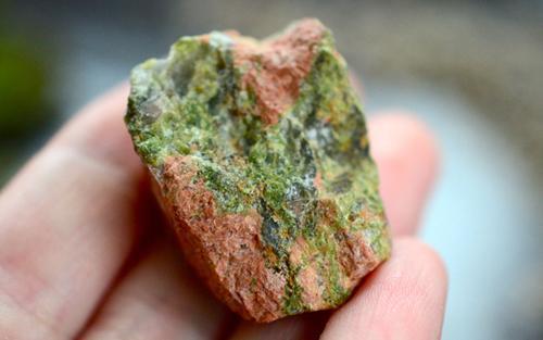 Conheça os benefícios da pedra Unakita