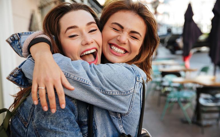 O abraço libera no organismo o hormônio do amor e do bem-estar