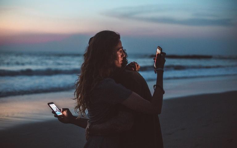 Quando se vive duas situações amorosas simultâneas o maior desafio não diz respeito a ignorar os valores normativos impostos pela sociedade, mas trata-se de transmutar as cargas emocionais trocadas entre os parceiros.