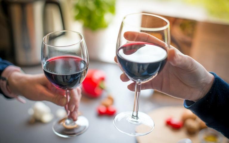 Como tirar o melhor proveito do vinho para manter o amor com o seu par em alta