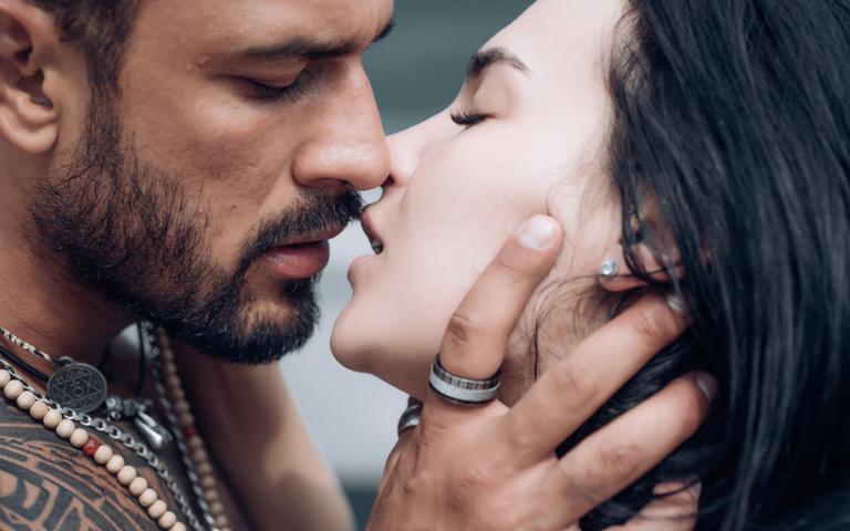 No Dia Mundial do Orgasmo, conheça os 3 signos que pegam fogo entre os lençóis