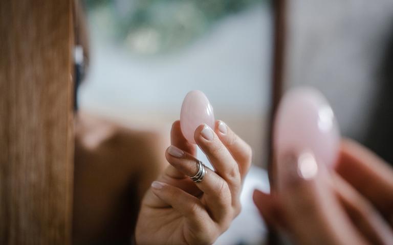 A terapia feita com os ovos de cristal tem o objetivo de curar e ressignificar estas memórias