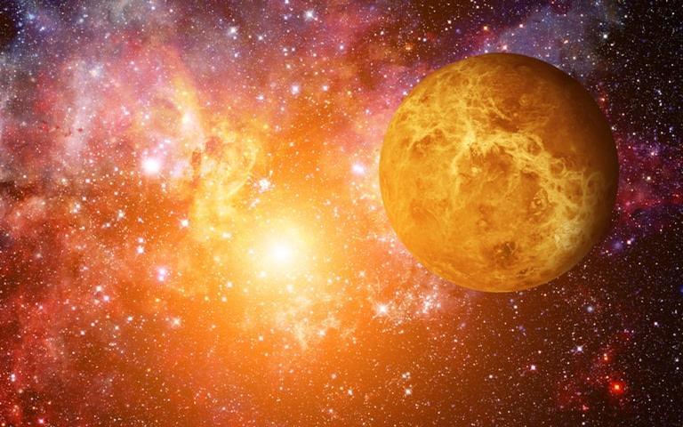 Bem à vontade, o planeta Vênus está em domicilio e favorece o equilíbrio nas relações